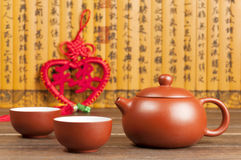 Theepot en Chinese knoop Stock Foto
