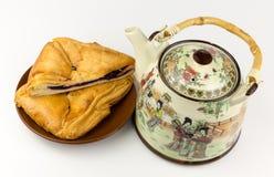 Theepot en muffin op een plaat Stock Fotografie