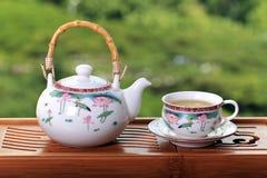Theepot met Chinese thee Stock Afbeeldingen