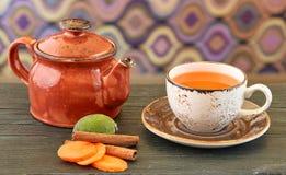 Theepot met organische thee royalty-vrije stock afbeeldingen
