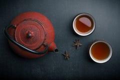 Theepot met twee kop theeën van Anise Star op Donkere Lijst stock foto