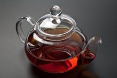 Theepot met zwarte thee Stock Fotografie