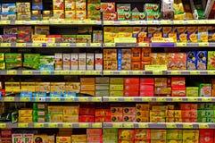 Theeproducten bij supermarkt Stock Afbeeldingen