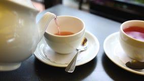 Theetijd in een koffie