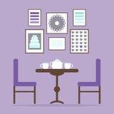 Theetijd in het eetkamerbinnenland met lijst, stoelen, theekoppen en beelden op de muur Royalty-vrije Stock Afbeelding