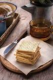 Theetijd met crackers Stock Afbeeldingen