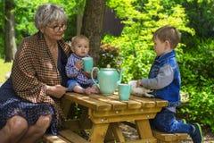 Theetijd met grootmoeder Royalty-vrije Stock Foto's
