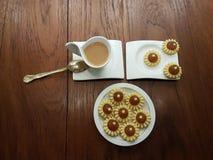 Theetijd met heerlijke en vrij eigengemaakte ananastaartjes voorbij Royalty-vrije Stock Fotografie