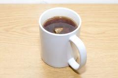 Theezakje in een mok thee royalty-vrije stock foto's