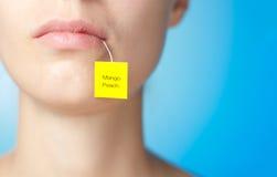 Theezakje in mond van vrouw Stock Fotografie