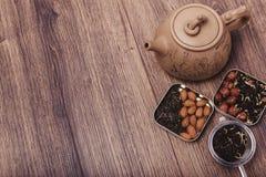Theezeef met thee op een houten oppervlakte Groene en zwarte thee Hoogste mening met exemplaarruimte Royalty-vrije Stock Afbeeldingen