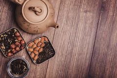 Theezeef met thee op een houten oppervlakte Groene en zwarte thee Hoogste mening met exemplaarruimte Royalty-vrije Stock Foto