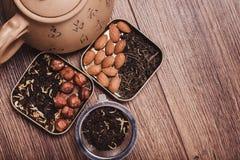 Theezeef met thee op een houten oppervlakte Groene en zwarte thee Hoogste mening met exemplaarruimte Royalty-vrije Stock Foto's