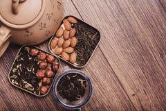 Theezeef met thee op een houten oppervlakte Groene en zwarte thee Hoogste mening met exemplaarruimte Stock Foto