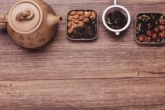 Theezeef met thee op een houten oppervlakte Groene en zwarte thee Hoogste mening met exemplaarruimte Stock Afbeelding