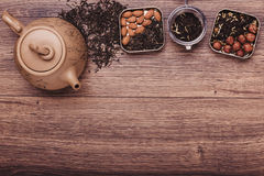 Theezeef met thee op een houten oppervlakte Groene en zwarte thee Hoogste mening met exemplaarruimte Stock Foto's