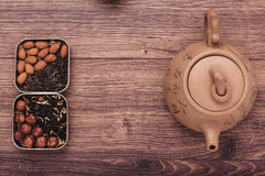 Theezeef met thee op een houten oppervlakte Groene en zwarte thee Hoogste mening met exemplaarruimte Royalty-vrije Stock Fotografie