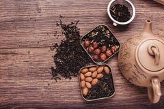 Theezeef met thee op een houten oppervlakte Groene en zwarte thee Hoogste mening met exemplaarruimte Stock Fotografie