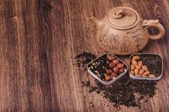 Theezeef met thee op een houten oppervlakte Groene en zwarte thee Hoogste mening met exemplaarruimte Royalty-vrije Stock Afbeelding