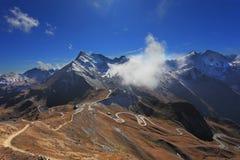 Thelweg gebouwde hoogte in de bergen Stock Foto