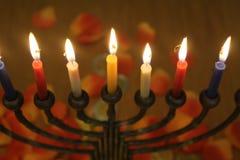 Thema van de Chanoeka het Joodse vakantie met kaarsenlicht in menorah royalty-vrije stock foto's