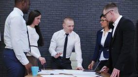 Thema van het teamwerk in het bureau stock video