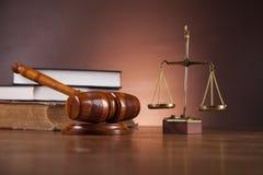 Thema van wet en rechtvaardigheid met omringend licht Stock Afbeeldingen