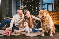 Thema-Weihnachts- und des neuen Jahreskreis der familie und inländisches Haustier Muttervati und Kindereinjährige kaukasische Fra lizenzfreies stockbild