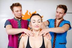 Themageneeskunde en rehabilitatie twee behandelt de tweelingbroers Jonge mannelijke artsenmasseur het masseren van een jonge vrou royalty-vrije stock foto's