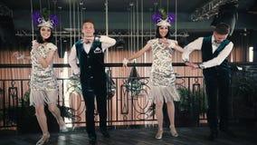Themapartij - Jongeren in glinsterende retro kleren die op de vloer dansen stock footage