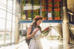 Themareise und -transport Schöne junge kaukasische Frau in der Kleider- und Rucksackstellung innerhalb des Bahnhofsanschlusses lizenzfreie stockfotografie