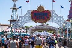 Themaritten en voetgangers van Disneyland pretpark in Anaheim, Californië Familievakantie in de V.S. royalty-vrije stock afbeelding