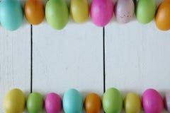 Themed bakgrund för påsk eller för vår av gamla Wood och kulöra ägg Arkivbild