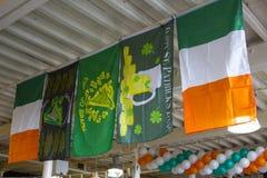 Themed irländareflaggor draperade från ett restaurangtak i beredskap för berömmarna för dagen för St Patrick ` s i marschen 2018 royaltyfri foto