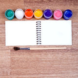 Themen für Kreativität auf einem hölzernen Hintergrund Stockbild