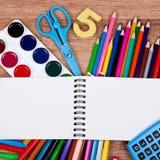 Themen für Kreativität auf einem hölzernen Hintergrund Stockfotos