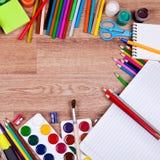 Themen für Kreativität auf einem hölzernen Hintergrund Lizenzfreies Stockfoto
