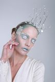 Themenorientierte Eis-Königin-Kosmetik auf einer Schönheit Stockfotografie