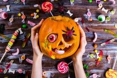 Themenorientiertes Bild Halloweens mit geschnitzten Kürbisen in der Hauspartyumwelt stockfotografie
