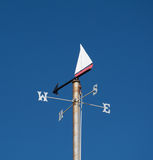 Themenorientiertes nautischwetter Vane Against Clear Blue Sky Stockbild
