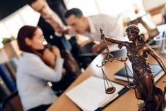 Themis古铜色小雕象拿着在平衡等级的婚戒,在前景 库存照片