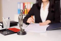 Themis小雕象-正义的女神在律师的书桌上的 免版税库存照片