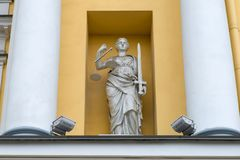 Themis,正义雕塑的女神在俄罗斯的立宪法院的大厦的 库存照片