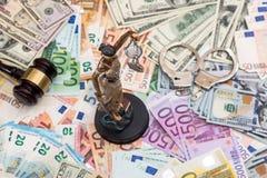Themis och handbojor, hammare på euro och dollar Arkivbilder