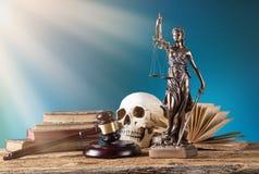 Themis in schijnwerper, wetsconcept Stock Fotografie
