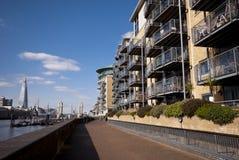Themse-Bürgersteig Stockbild