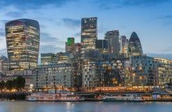 Themse-Damm und London-Wolkenkratzer in der Stadt von London nachher Stockbilder