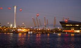 Themse-Drahtseilbahn und Arena O2 Lizenzfreie Stockfotos