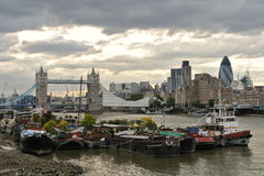 Themse-Hausboote, durch Tower Bridge, London Stockfotografie