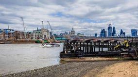 Themse-Lastkahn lizenzfreie stockfotos